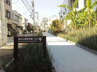 23漱石山房記念館入口前通り.JPG